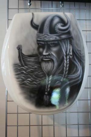 Ett toalettlock för den som har tröttnat på de traditionella vita.