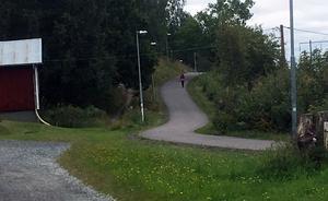 Finska föreningens stuga till vänster. Här efter gång- och cykelvägen på baksidan av Högberget i Ludvika, ovanför kolonilotterna vid Knutsbotjärn, blottade sig samme man för minst två kvinnor i måndags kväll.