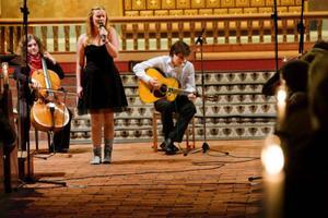 """Frida Norberg sjöng inte bara solo som Lucia, utan framträdde också tillsammans med Max Hällström, piano, Nils Bergman, trummor, Ronja Eriksson, cello, och Robin Jämtgård, gitarr,  i gruppens egenkomponerade """"Where we are now""""."""
