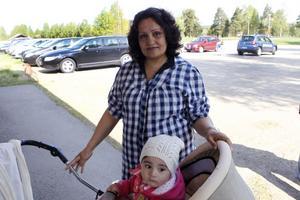 Maria Noorahmad går ofta och gärna till folkparken med dottern Jasmine Akbal, snart ett år.