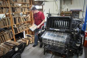 Den gamla tryckpressen från 60-talet används fortfarande, exempelvis för att ge inbjudningskort en genuin känsla.