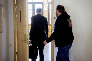 Den äldre mannen, som är i 45-årsåldern, på väg in i förhandlingssalen tillsammans med sin försvarare Christian Shumkov.