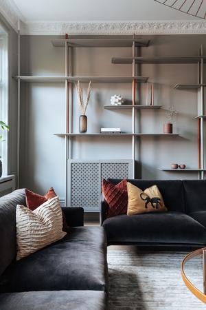 Hyllan i vardagsrummet har Maja designat alldeles själv. Foto: Petter Fällström & Martin Ridne