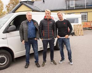 Ola Hallén, Dennis Renstål och ägaren Mattias Renstål utanför företagets lokaler på Näringen i Gävle.