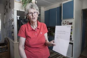 Svart på vitt. Anette Brodin visar upp Postnords beslut. Från och med 15 maj kommer makarna Brodin få sin post utdelad två gånger i veckan, tisdagar och fredagar.