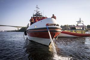 Vatten pumpas ur den finska båten.