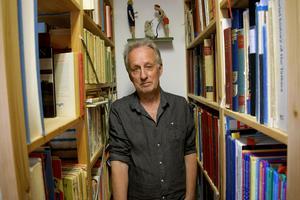 Bokhyllorna i Jan Stenmarks ateljé är fyllda med böcker av de mest skilda slag.