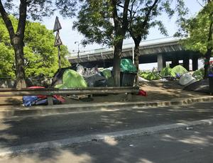 Under viadukterna vid Porte de la Chapelle har flyktingar satt upp mängder av tält.