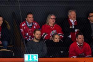Stasminister Stefan Löfven satt i det förlorande lagets tröja på läktaren i Fjällräven Arena. Foto: Erik Mårtensson/Bildbyrån