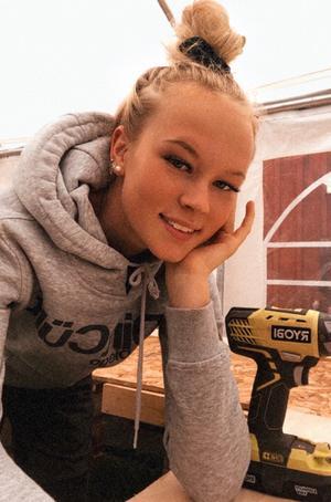 Olivia Näs ser fram emot att börja en ny skola och få nya vänner - och att hennes linje är så praktisk.                                                                                              Foto: Privat