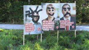 Socialdemokraternas valaffischer vandaliserades på det här sättet tolv timmar efter att de satts upp.