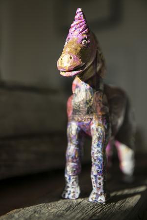 Gåtfull är namnet på den rosafärgade hästen.
