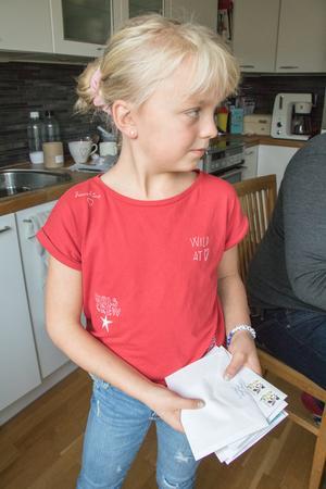 Agnes har ansvarat för att fixa kuverten. De har skickat armband till människor i hela Sverige.