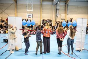 Therese Kärngard tog hjälp av flera elever för att inviga sporthallen.