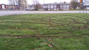 Någon har kört runt på gräsmattan vid Lekebergsskolans parkering.Foto: Privat