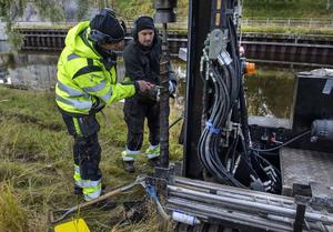 Anders Flumé och Magnus Lövström  undersöker marken inför bygget av kajkanten.