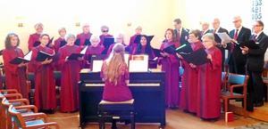 Gullängets kyrkokör sjunger vackert fyrstämmigt med Lina Sundqvist vid pianot.Foto: Kjell Larsson.