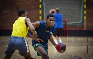 CJ Jackson, från North Carolina, tar sig förbi Gary Blackston under en träning i Karlbergshallen. Foto: Lennye Osbeck