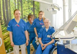 Teamet på plats vid Backåkerns särskilda boende i Boda, från vänster tandsköterskan Jeanette Böhl, tandsköterskan Lotta Öhman, tandläkare Lennart Lindgren, och tabndhygienist Helen Angatyr.