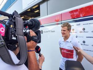Marcus Ericsson intervjuas före träningarna. Bild: Lisa Abrahamsson/TT