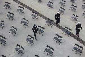 På grund av covid-19 kommer det vara få gäster närvarande vid installationen – på bilden visas hur glest de kommer att sitta. Foto: Jeenah Moon/Pool via AP