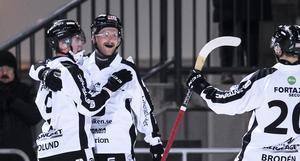 Edlundjubel. Hannes Edlund, som gjorde 3–2-målet för SAIK, klappas om av Ted Haraldsson.