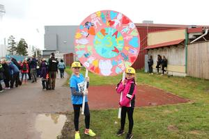 Molly Karlsson och Nellie Danielsson från Ytterharnäs 3 A visar klassens fina skylt.