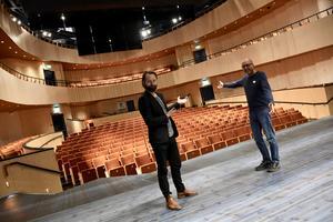 Konserthallen Auditoriet rymmer 400 platser. På lördag blir det stor jubileumsshow fördelat på två föreställningar. Kulturskolechef Andreas Westberg, med producenten och kollegan Adan Brown välkomnar besökarna.