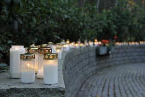 Flerdubbla rader av ljus fyllde muren vid minneslunden i Kungsör.