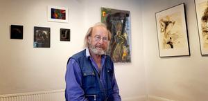 """Lars Bjursell arbetar gärna med mobila glasbilder, och vax och shellack är en egen teknik och favorit. På utställningen """"5 in"""" nu på lördag visar han en mix av sin konst: """"Det blir en typisk Lars B-mixture""""."""