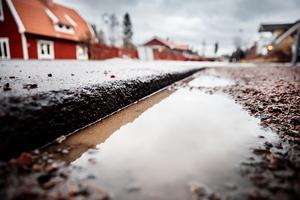 Vissa av hålen i Krondiket, Falun, har blivit djupa – på bild syns ett av dem som nu mäter tolv centimeter.