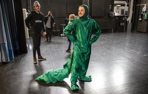 Rile Bestic som kapten Krokodil, en av prins Johns hantlangare.