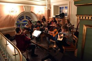 Gitarrorkestern fick inte plats framme vid altaret och fick spela en trappa upp.