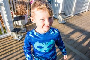 Noah, 5, har nu stora ytor att röra sig på ute på terrassen vid familjens hus på Ekbacken.