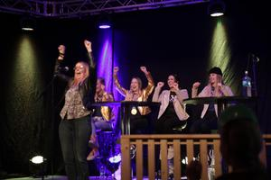 Carina Malmén framförde Stina-Sången och OS-tjejerna hjälpte glatt till med koreografin.
