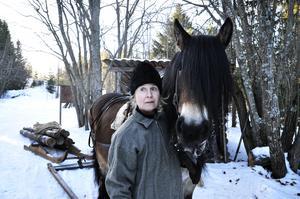 Elisabeth Renström tillsammans med hästen Tilde. På söndag gestaltar de 40-talets skogsbruk bland skogskojor, kolbullar och timmerdoningar.