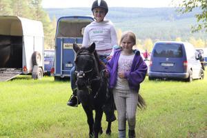 Vendela Alvarsson ledde ponnyn Skrållan som Frida Lindberg från Edsbyn fick rida på. Det fanns även möjlighet att få rida under Voxna marknad.