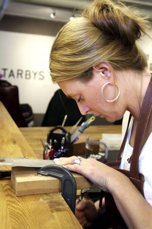 Silversmide. Beatrice Berglund Tarby är gymnasieläraren som blev silversmed. Hon både formger och tillverkar sina smycken och har hittat sina alldeles egna försäljningskanaler.