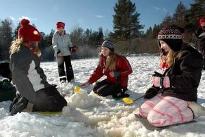 LEKER KIOSK. Kompisarna Regina Ädel, Nina Back och Saga Berglund leker kiosk på isen i de vårsköna vädret.