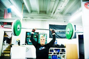 Crossfit lockar både män och kvinnor. Vikterna på stången kan anpassas efter allas styrkenivå. Här är det Emma Johansson som stöter 40 kilo över huvudet.