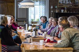 Här i Indals hembygdsgård handarbetas det och ofta spinner samtalet runt Indalsmålet och dess säregna ord. Det ger en gemytlig samvaro och en speciell gemenskap.