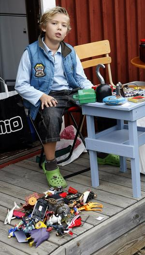 Elias Nordman, 8 år, sålde gamla leksaker, eftersom han har mer än han behöver.
