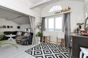 Fina fönster i sällskapsrummet på övervåningen. Bild: Bjurfors