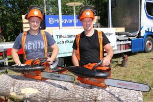 Peder och Anders Saxholm från Grythyttan var snabba med motorsågarna. Bland annat klöv de flera skivor av den här aspstocken på bara 6 sekunder.