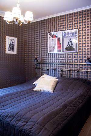 Det ena gästrummet går i art deco-stil med tapeter i guld och svart. På väggen sitter ett foto av sångerskan Edith Piaf.