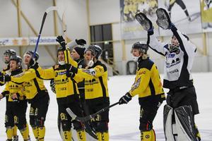 Jubel i Behrn arena när derbyvinnarna tackar publiken för hjälpen. Johan Blom, Johannes Camilton, Max Eriksson och Joonas Peuhkuri är några som firar.