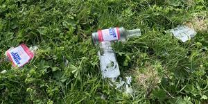 Den här synen mötte insändarskribenten: krossade glasflaskor på Österäng.