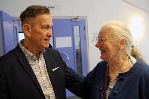 Dräkthistoriker Håkan Liby, här med Margareta Ridderstedt, skriver om modetrender och tradition utifrån Norraladräktens delar. Arkivbild