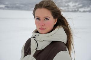 Under artistnamnet Rakel har Julia Johansson, som kommer från Undersåker men nu bor i Åre, börjat höra tala om sig på musikscenen. Fjolåret innehöll en spelning på hemmaplan under Åre Sessions och en under Storsjöyran. Nu är hon högaktuell under alpina VM där hon medverkar på VM-låten