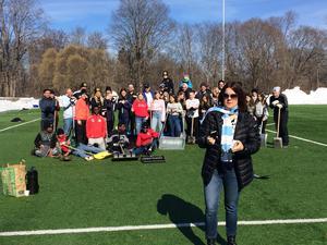 GIF-ordförande Malin Rogström fanns också på plats, här med en massa hjälpsamma skottare. Alla som hjälpte till fick en biljett till GIF:s superettanpremiär. FOTO: PRIVAT